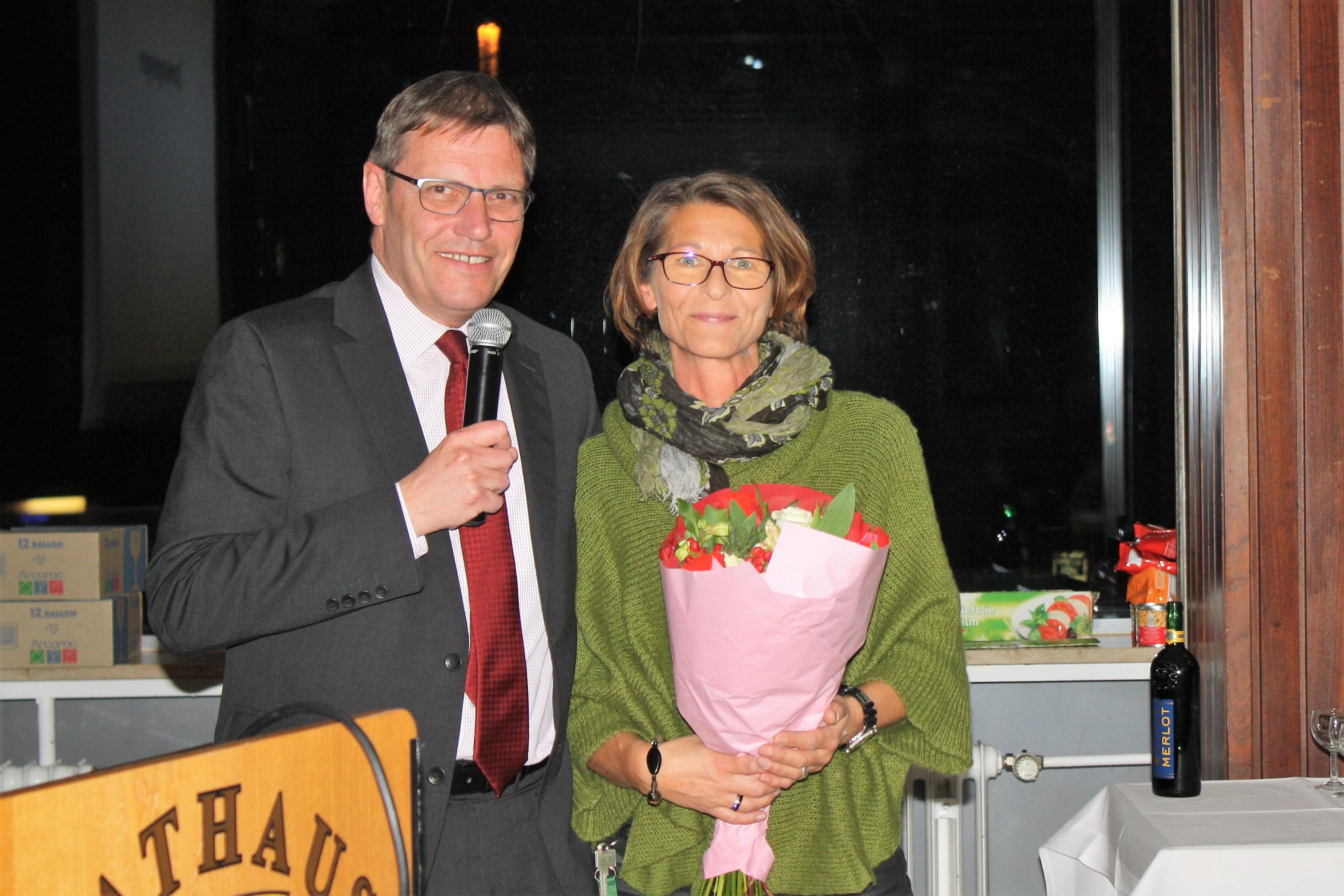 Klaus Ebert bedankt sich bei Elke Kiesel vom Rathaus Beuel für ihre Unterstützung und Hilfsbereitschaft